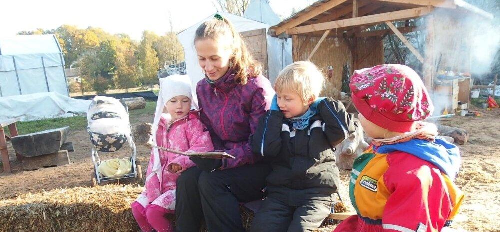 Hea ilmaga teeb Kaisa ka laste lugemistunnid õues.