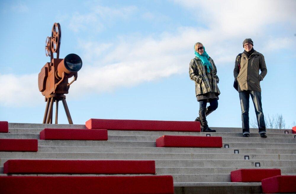 Liina Vahtrik ja Urmas Vadi hiljuti avatud filmimuuseumi ees
