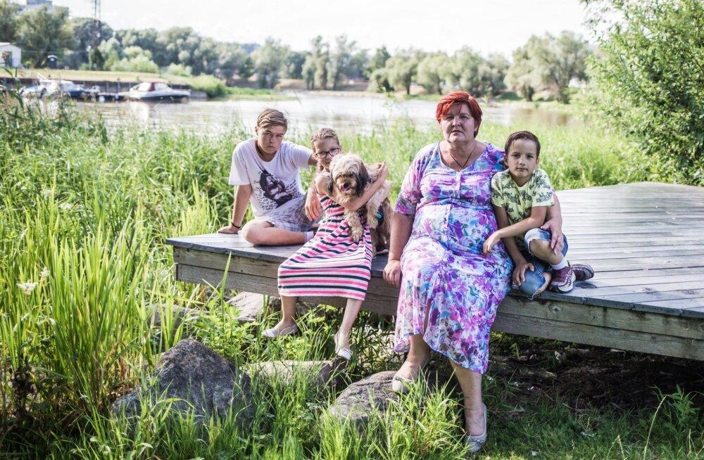Lea Aidnik ja hoole alla võetud (vasakult) Savelli, Mariie-Eliise ja Heiro. Pildil ka koer Molly