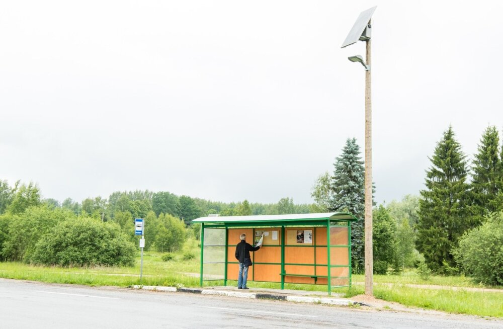 Pimedal ajalgi näeb nüüd Kanepi vallas Põlgaste bussipeatuses kuulutusi lugeda, siis valgustab seal päikeseenergia.