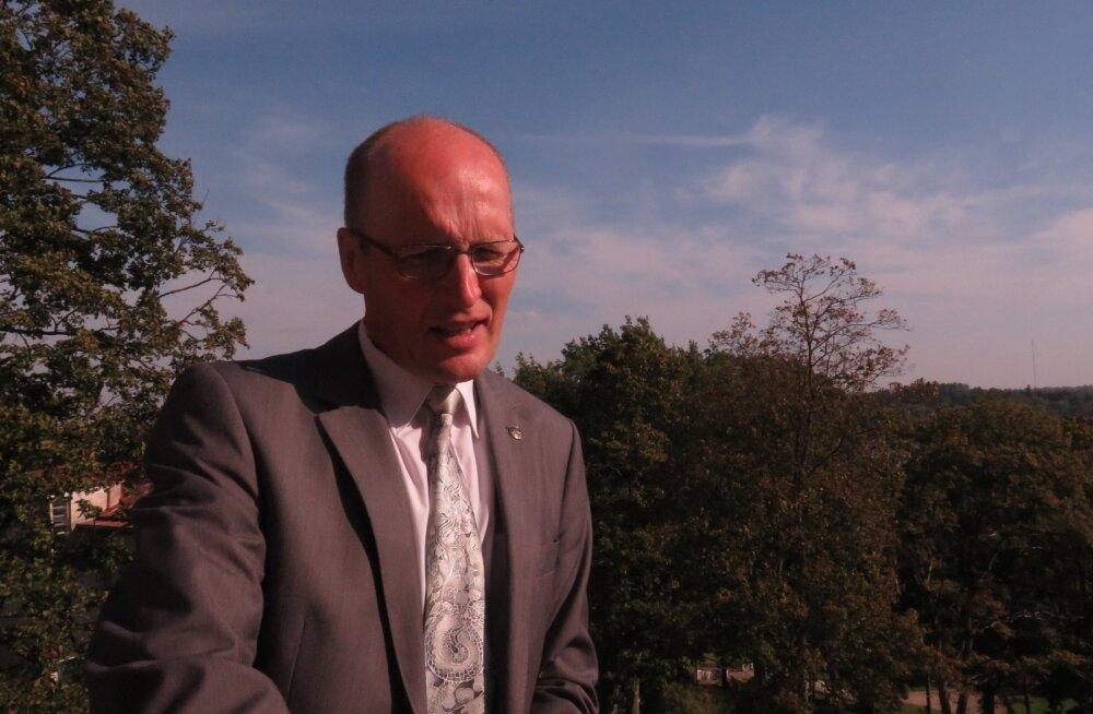 Raul Rosenberg lubab endale lõõgastushetki oma kabineti rõdul MESi kontoris Viljandis.