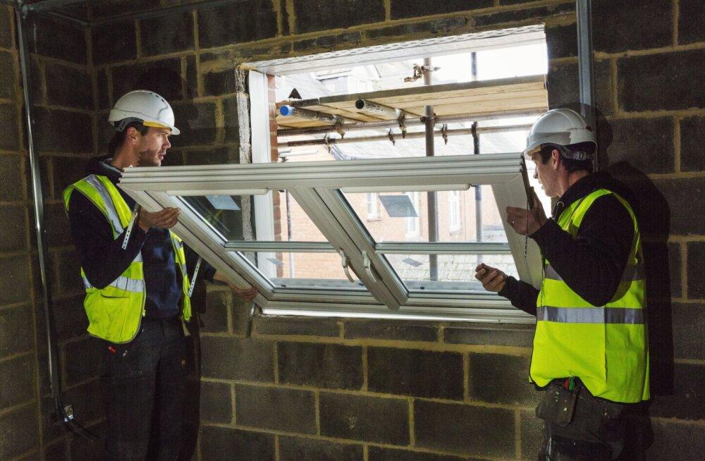 Aknapaigaldaja tegi ülejala tööd: uued aknapõsed ei võimalda akent lõpuni avada