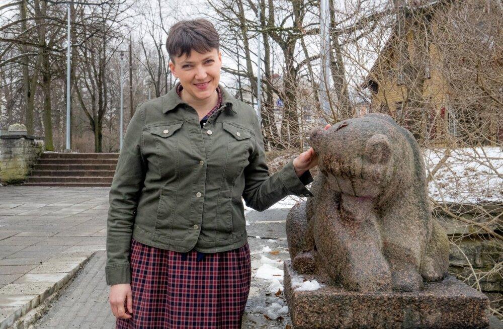 Okupeeritud territooriumil töötavate Ukraina ajakirjanikega kaks päeva Eestis viibinud Nadia Savtšenko ütles eile Hirvepargis Enn Roosi  karuskulptuuri juures, et peab vaenlaseks Kremlit, mitte vene rahvast.