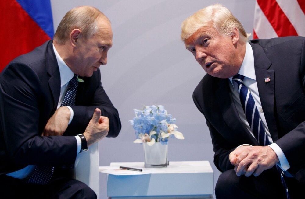 """""""Nemad kiusasidki teid?"""" naljatas president Putin ajakirjanikele näidates."""