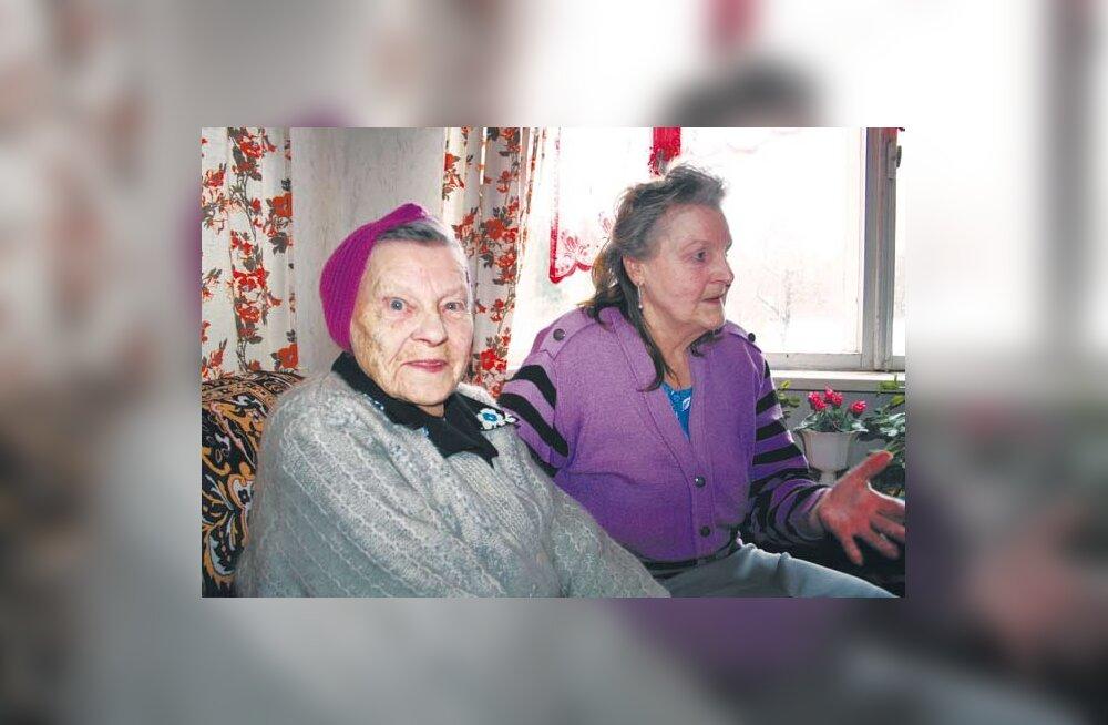 PEAVAD RAHULIKKU VANADUSPÕLVE: 100-aastaseks saanud Hilda Inglistil hoiab igapäevaselt silma peal ja kannab hoolt vanem tütar Ivi Inglist. Rahulikku rõõmu ja tasast elutarkust kiirgab mõlema vanaproua silmist. (foto: Koduvald)
