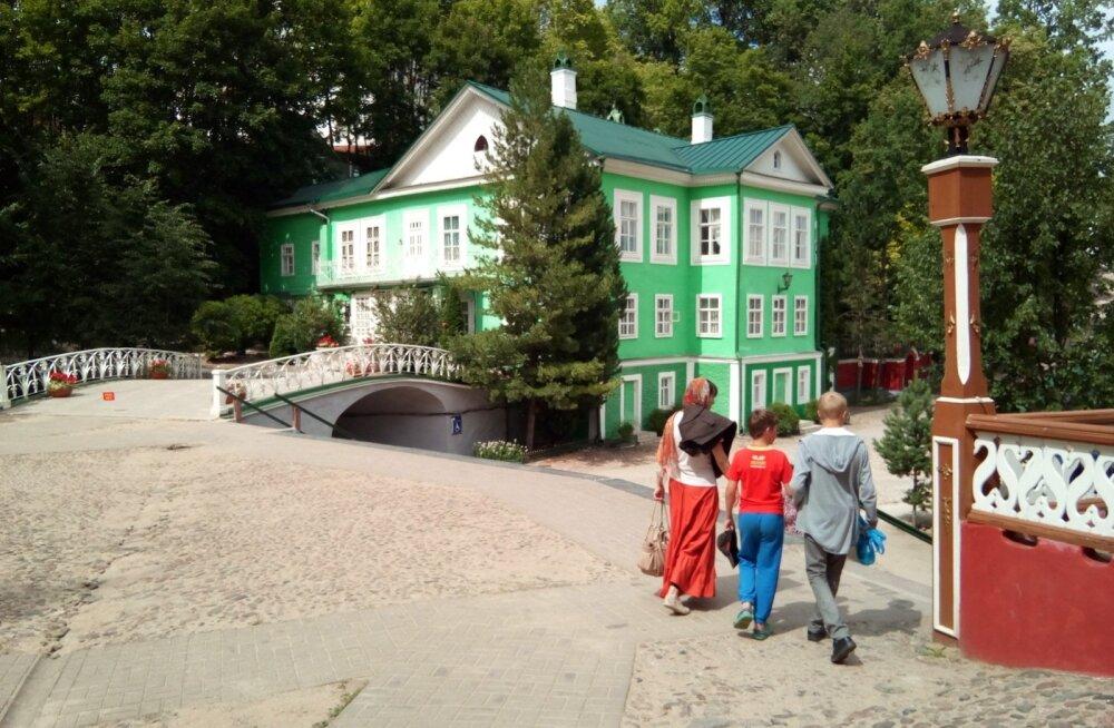 Petseri klooster oli üks neid väheseid usutempleid, mis ka nõukogude ajal oma näo ja sisu säilitas. Suuresti tänu selle toonastele juhtidele, kes usuasjade kõrval suutsid läbi rääkida ja vahel ümber sõrmegi keerata nii NKVD nuhkureid kui kohalikke partei