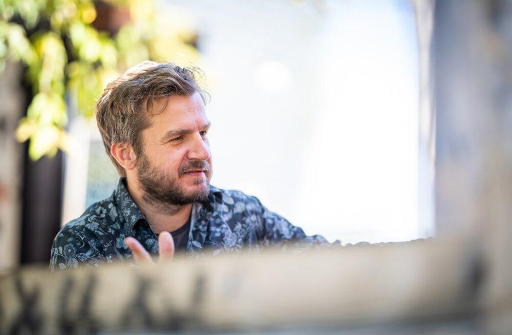 """Suur osa filmilõike, mis esmaspäeval Tartus ekraanile jõuab, pärineb nn Eesti filmimaastike """"doonorfilmidest"""", räägib Jaak Kilmi."""