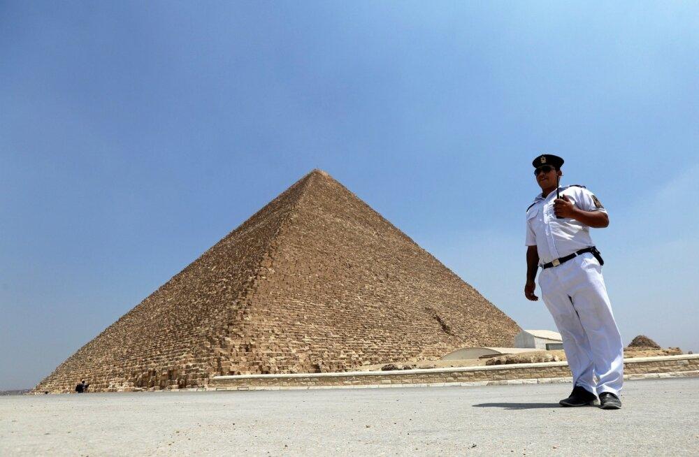 Egiptuse politseinik Hufu ehk Cheopsi püramiidi taustal
