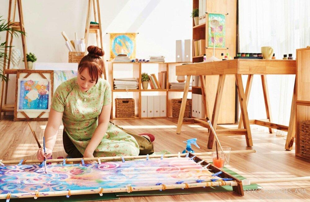 Liisimari Randjärv maalimas oma töötoas Saigonis.