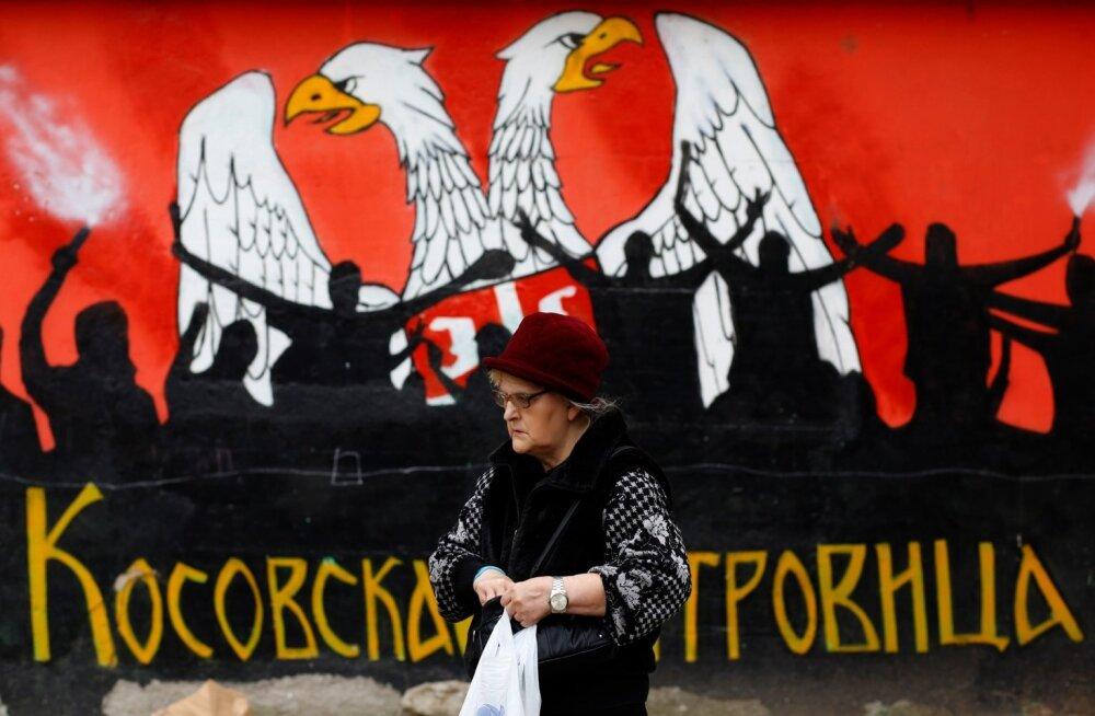 Kosovo serblane paljude konfliktide tallermaaks olnud Mitrovicë linnas, kus elab palju nii albaanlasi kui ka serblasi. Seinale on maalitud Serbia vapp.