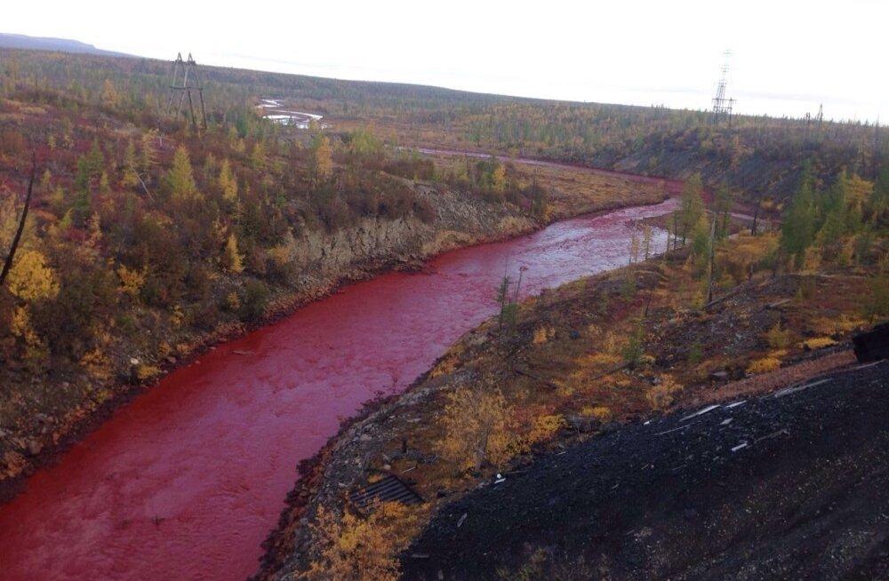 Daldõkani jõgi Norilskis värvus septembri alguses veripunaseks.