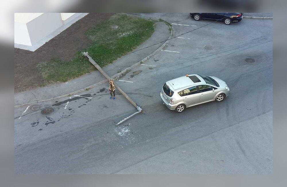 Что упало, то пропало: во дворе столичного района Мустамяэ фонарный столб упал на проезжую часть