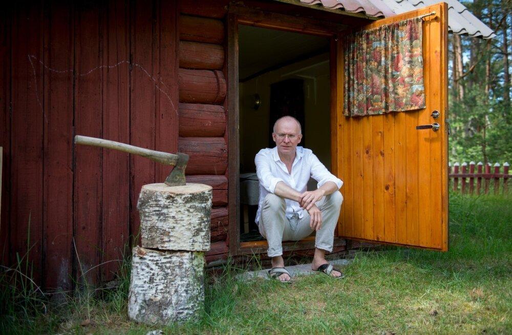 Linnakeskkonnast lahkumine on minu pääsetee, ütleb Jaan Sööt oma suvekodu trepil istudes. Akusid on kõige parem laadida metsas rännates.