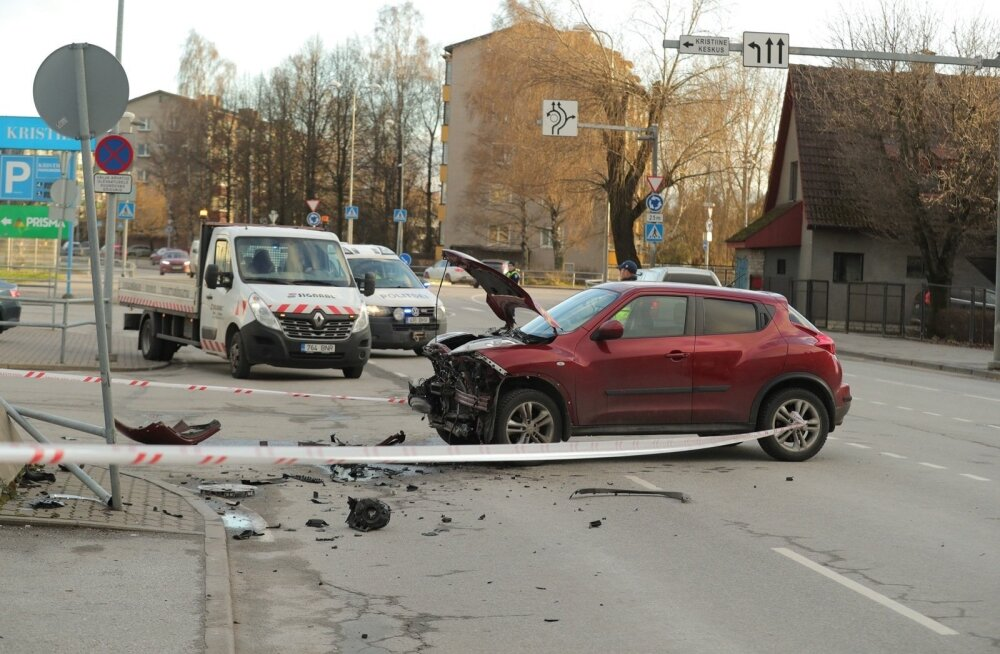 ФОТО: Возле торгового центра Kristiine столкнулись два автомобиля