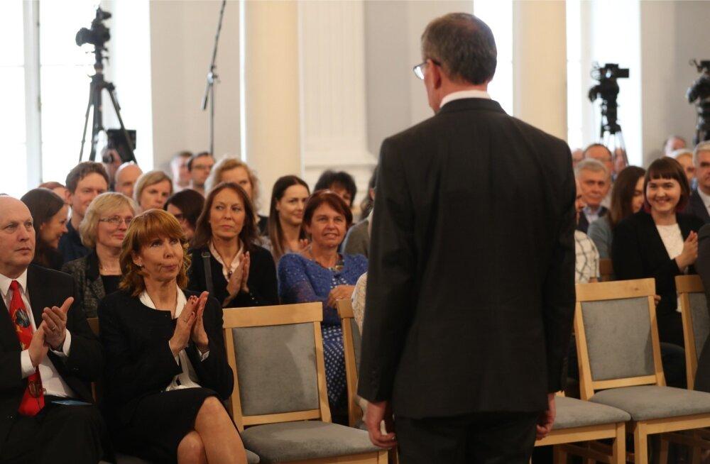 Tehtud! Margit Sutrop ja teised kolleegid aplodeerivad uuele Tartu ülikooli rektorile Toomas Asserile.