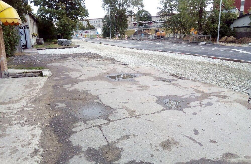ФОТО читателя Delfi: Во время реконструкции улицы Тонди строители повредили асфальт на частной земле, а ремонтировать отказываются!