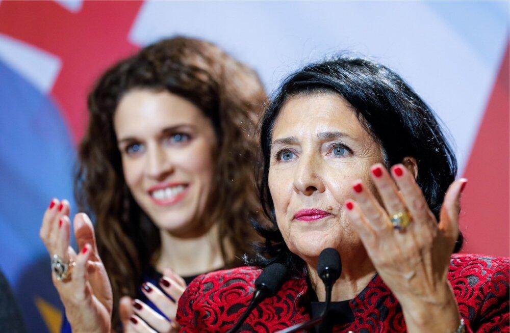 Gruusia riigipeaks valitud Salome Zurabišvili, tagaplaanil tema tütar Ketevani