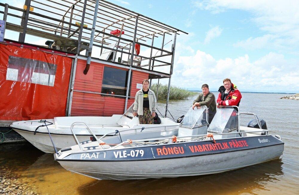 Rõngu vabatahtlikud päästjad Jüri Zirk, Jaanus Jakobson ja Toomas Klein on valmis Võrtsjärvel hätta sattunutele abi osutama.