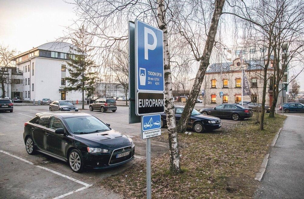 Europargi andmetel oli 2013. a detsembrist 2015. a märtsini kohtutäitur Katrin Velleti auto tasu maksmata pargitud nende parklatesse kokku kümnel korral, seitsmel juhul fotol oleval Tuukri 56 parklas.