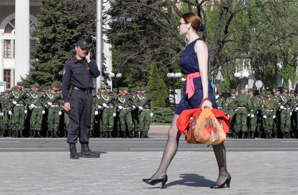 Donetskis valmistutakse homseks võidupüha paraadiks, kus osaleb üle 1500 venemeelse võitleja ja 70 sõjaväemasinat.