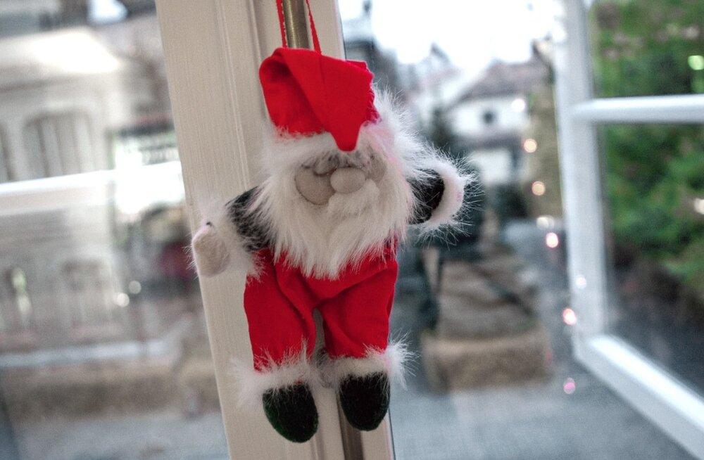 Päkapikkude ligimeelitamiseks on tark tegu aknale riputada mõni mänguasi.