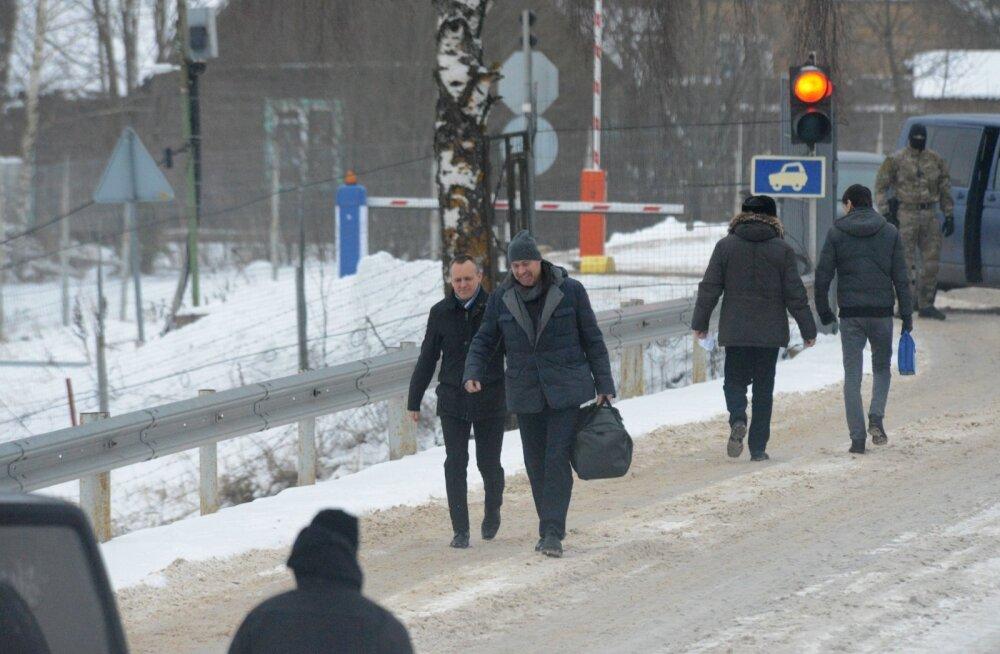 Raivo Susi (paremal) sai kaks aastat pärast Moskvas vahistamist lõpuks tagasi kodumaale. Tal oli Koidula piiripunktis vastas kapo peadirektori asetäitja Aleksander Toots, kes võttis 2015. aastal vastu ka Eston Kohveri.