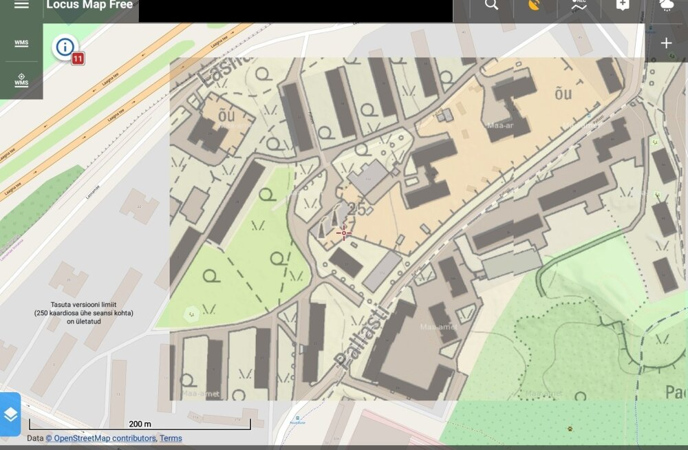 Paremal ülal on maa-ameti kaart, vasakul OpenStreetMap. Esimene on poolläbipaistev, nii et teine kumab selle alt oma teedega.