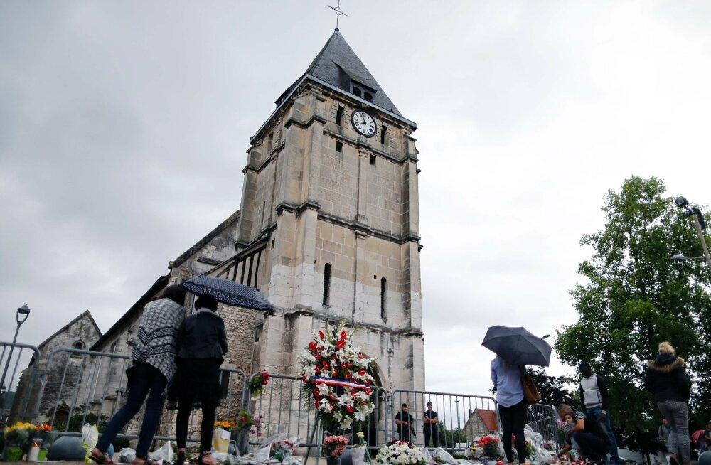 Leinajad ja lilledSaint-Etienne-du-Rouvray kiriku ees, kus Islamiriigi nimel tapeti katoliku preester.