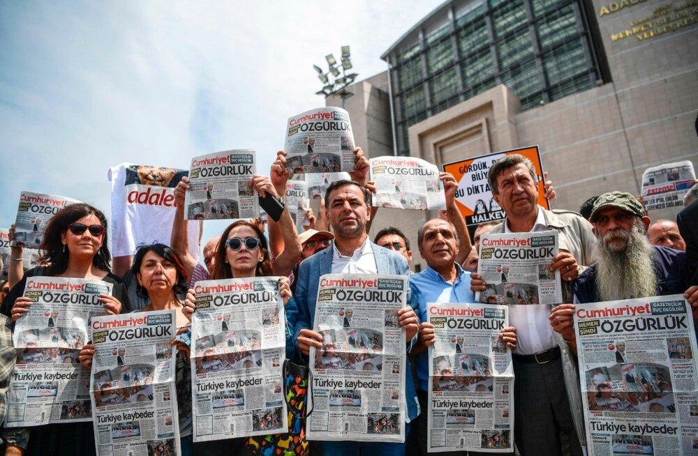 """Meeleavaldus ajalehe Cumhuriyet vangistatud töötajate kaitseks. Aprillis mõistis kohus 14 lehe ajakirjanikku """"terrorismi toetamise"""" eest vangi."""
