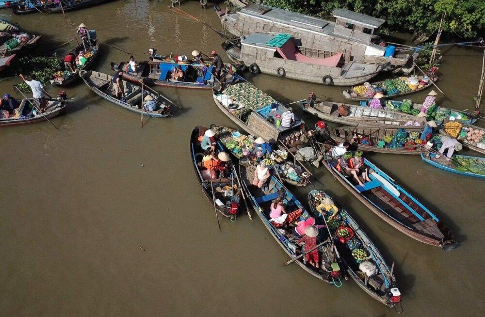 Jõel on Lõuna-Vietnamis eluline tähtsus. Can Tho linna juures ujuval turul käib iga päev vilgas kauplemine.