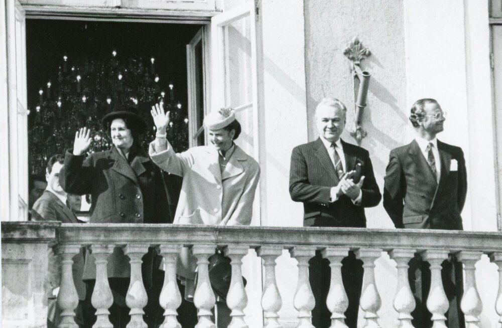 1992: Aprillis 1992 toimus Rootsi kuninga Karl XVI Gustavi ja kuninganna Silvia visiit Eestisse. Ülemnõukogu esimees Arnold Rüütel ja Ingrid Rüütel (vasakul) tervitasid külalisi Toompea lossi rõdult. Rahvale pakkus sündmus suurt huvi, kõrgete välismaa rii