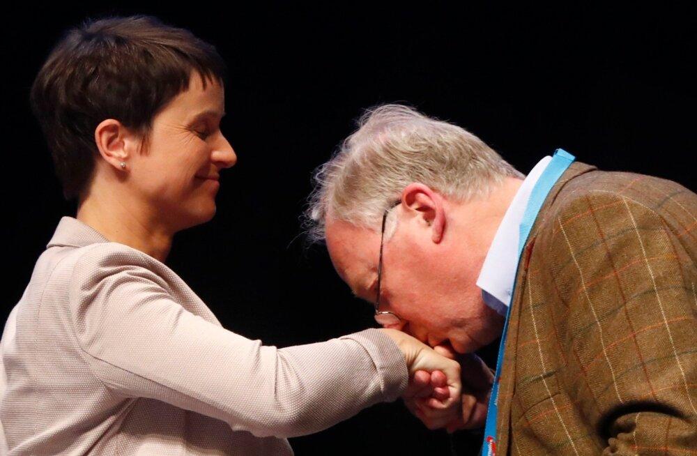 Nimekirja esinumber Alexander Gauland suudles Frauke Petryl lohutuseks kätt.