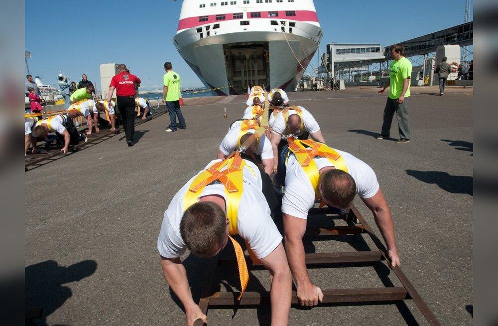 ФОТО: Эстонские силачи установили мировой рекорд, сдвинув корабль Tallink