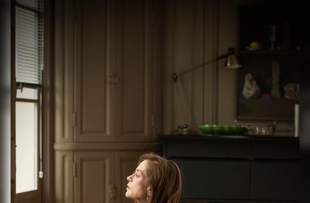 """""""Elle"""" tõmbab vaataja juba filmi alguskaadritest alates kummalisse kassi-hiire mängu, kus võib tekkida küsimus, kas peakangelanna Michèle (Isabelle Huppert) ehk omamoodi naudib seda koletut mängu."""