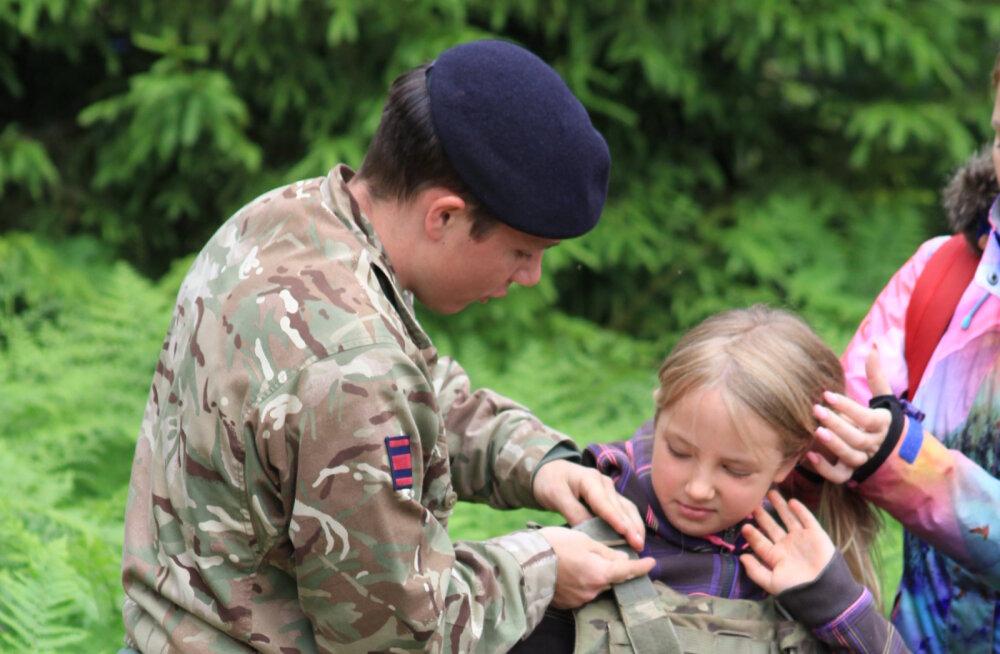 Briti sõjaväelased õpetavad Eesti skautidele, kuidas metsas ellu jääda