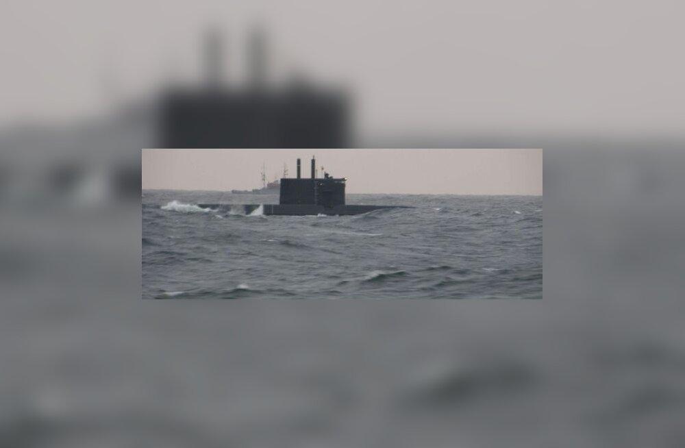 Vene allveelaev koos saatelaevaga