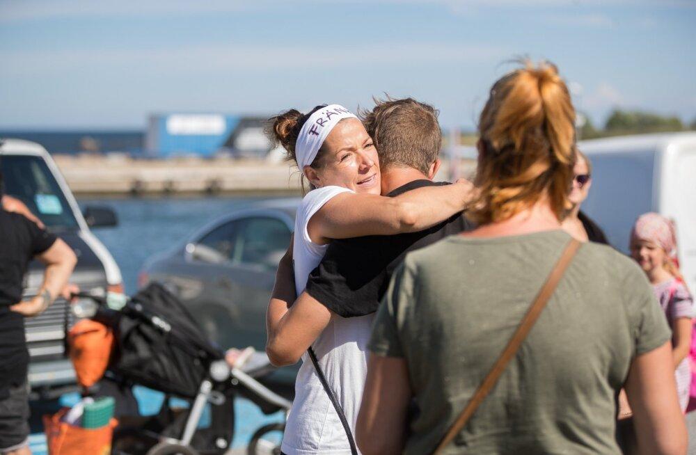Suvekooli korraldajat Anna Frank-Vironit kallistasid sadamas hüvastijätuks kõik asjaosalised.