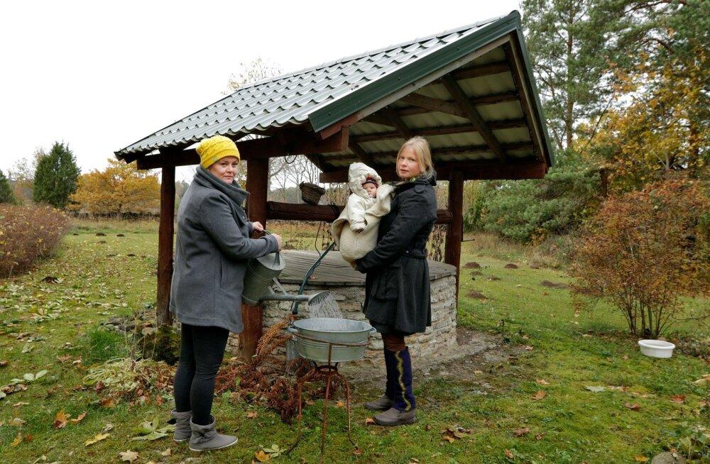 Haavakannu talli perenaine Annika Klemets koos oma 4- kuuse tütre Astrid Lenoga ja  Kodasoo külavanem Katrin Pahk