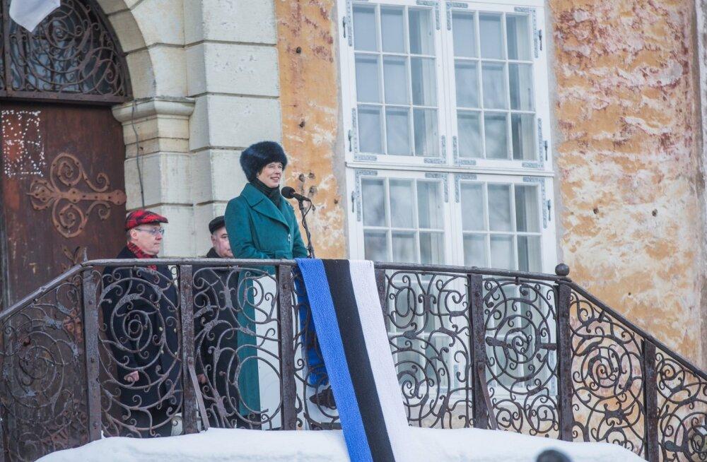 President Kersti Kaljulaid teenetemärkide jagamisel Narvas