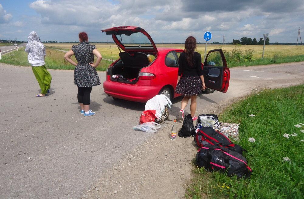 HULL REIS | Nelja naise <em>roadtrip</em> Ungarisse: autoks oli pisike punane kaheukseline õmblusmasin. Meid valdasid õudus, väsimus ja eufooria...
