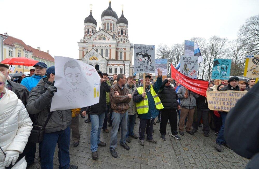 """FOTOD JA BLOGI: Aktsiisitõusu vastasest protestist kujunes Taavi Rõivase valitsuse sõimamine. """"Kukutame selle lilla koalitsiooni!"""""""