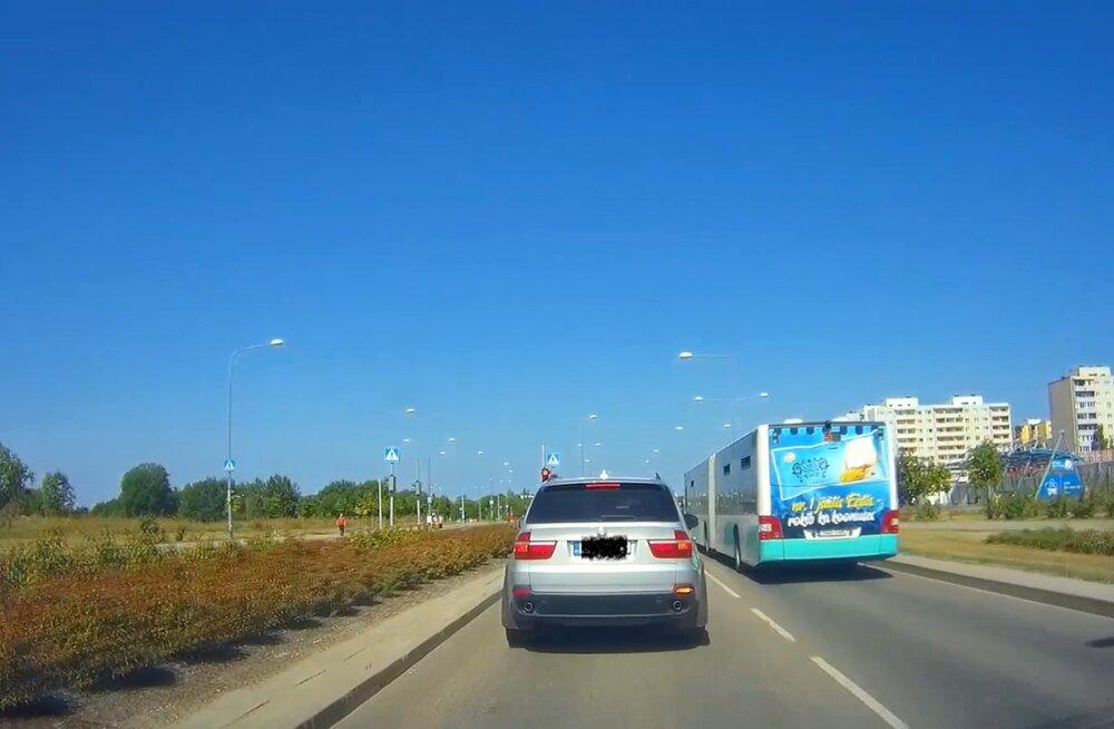 LUGEJA VIDEO | Linnaliini bussijuht peaks samuti punast foorituld tunnistama!