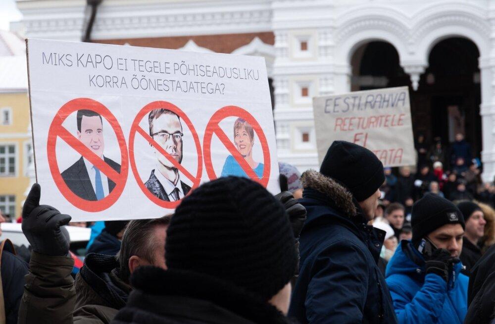 EKRE toetajad protestisid Toompeal ränderaamistiku vastu.