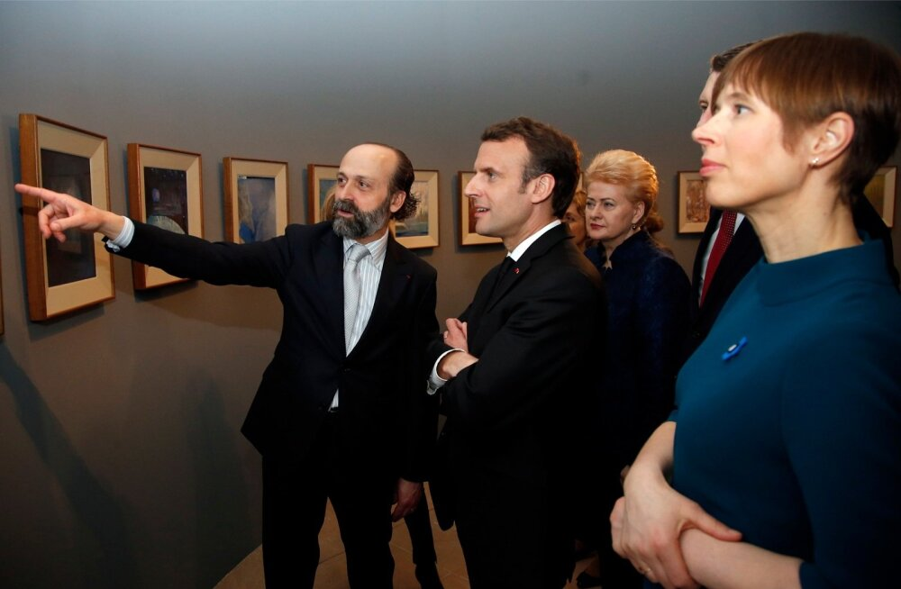 Eesti president Kersti Kaljulaid, Prantsusmaa president Emmanuel Macron ja Leedu president Dalia Grybauskaitė kuulavad näituse kuraatori Rodolphe Rapetti selgitusi.