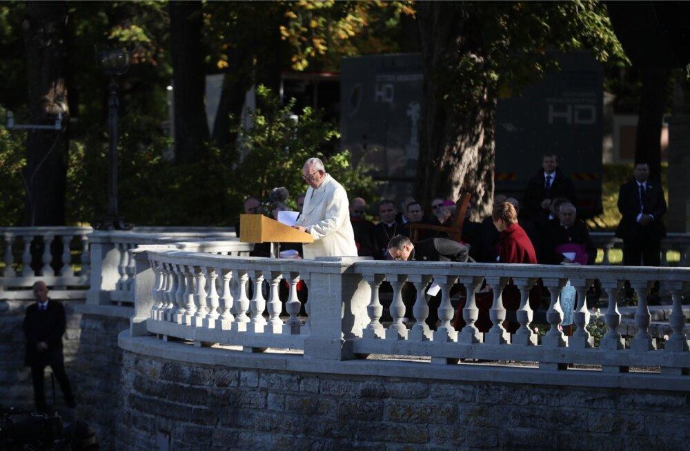 Harjumatult jäisel päikesepaistelisel septembrihommikul presidendi roosiaias kõnelnud paavst Franciscusel viis tuulehoog mütsi peast.