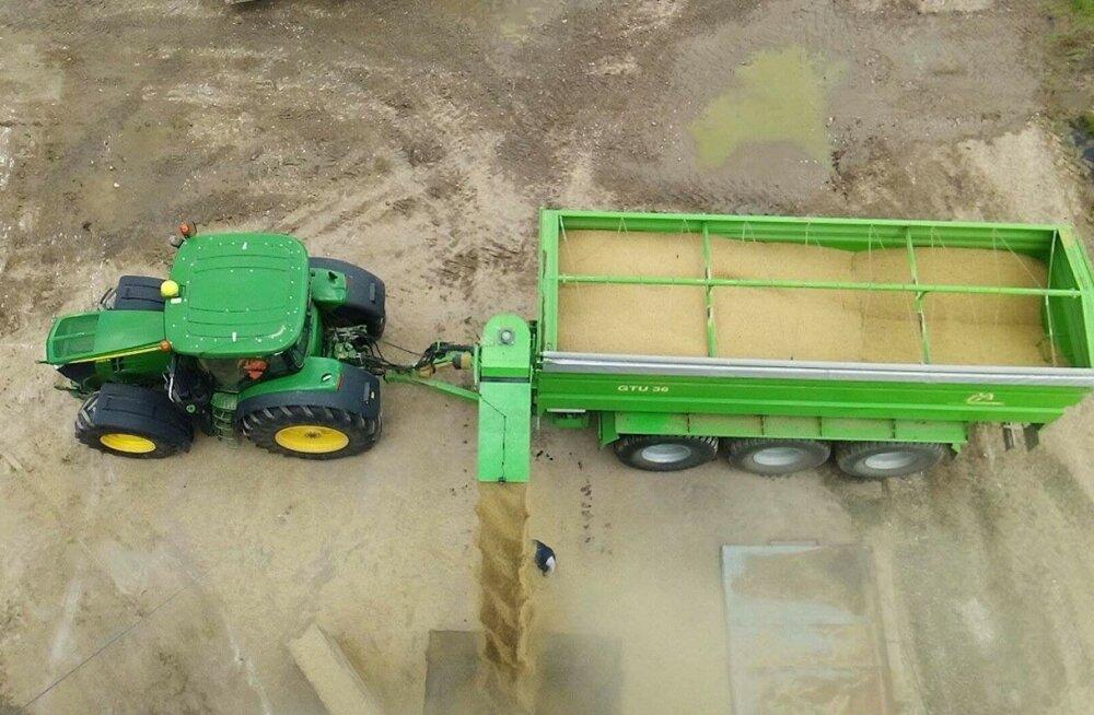 Soone Farmis on kasutusel 36 kantmeetrit vilja mahutav ümberlaadimishaagis, ettevõttes ollakse sellega rahul, sest koristustöö kulgeb nõnda üksjagu sujuvamalt kui iga kombaini alt kogutud koormat eraldi kuivati juurde kärutades.