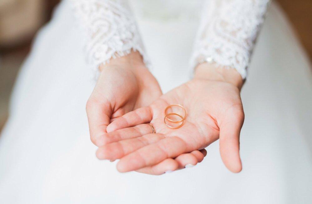 Hirmus! Noor pruut saatis ühes pulmakutsega esseepikkuse reeglistiku, kuidas pulmas käituda