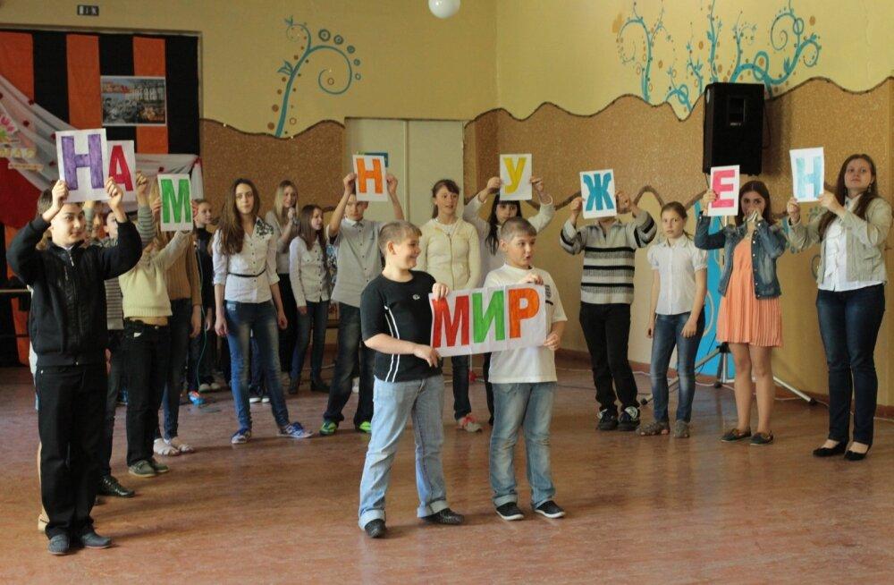 Донецкие дети репетируют последний звонок.