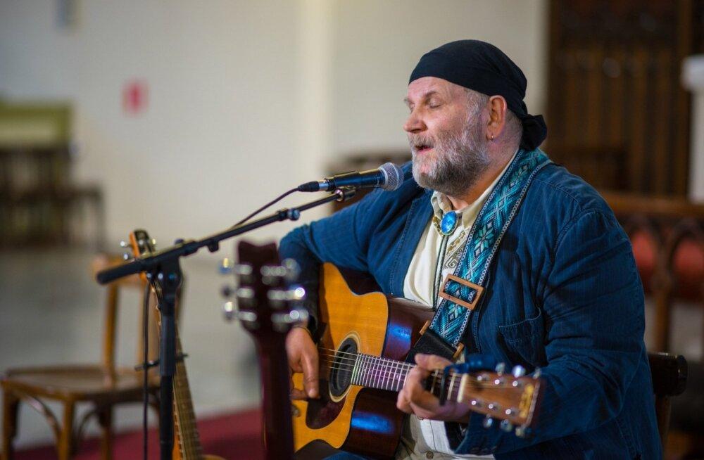 Jaan Elgula on väga rahul, et saab kogu suve igal laupäeval Vikerraadio kuulajatele oma lemmik- muusikat esitada.