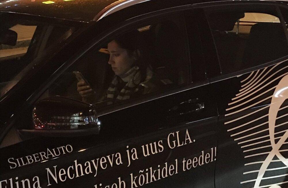 ФОТО: Элина Нечаева за рулем копается в телефоне
